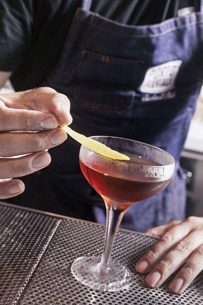 preparazione cocktail portofluviale cocktailbar roma